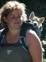 Patricia van Ginneken met puppy in rugzak